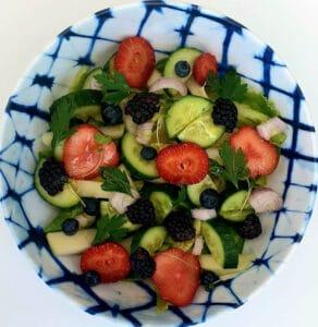 סלט ירקות עם פירות יער